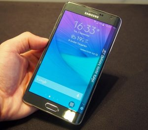 Samsung Galaxy Note Edge in mano
