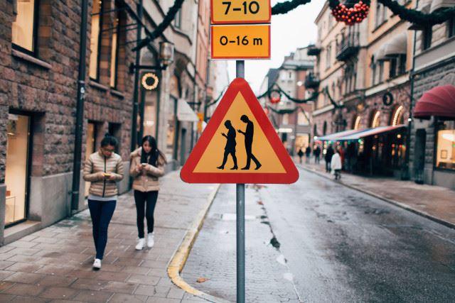 Smombie e cartelli stradali